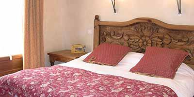 chevet et lit en bois massif mexicain chalet suisse hotel